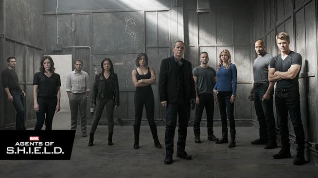 I personaggi principali della serie in posa dentro una stanza metallica