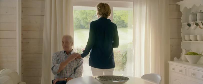 Janet McTeer e Charles Dance in una scena di Io Prima di Te