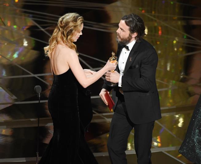 La consegna dell'Oscar a Casey Affleck da parte di Brie Larson