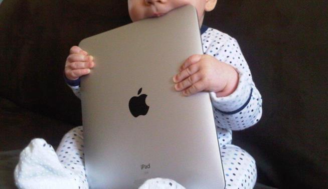 Un bimbo con un iPad tra le mani