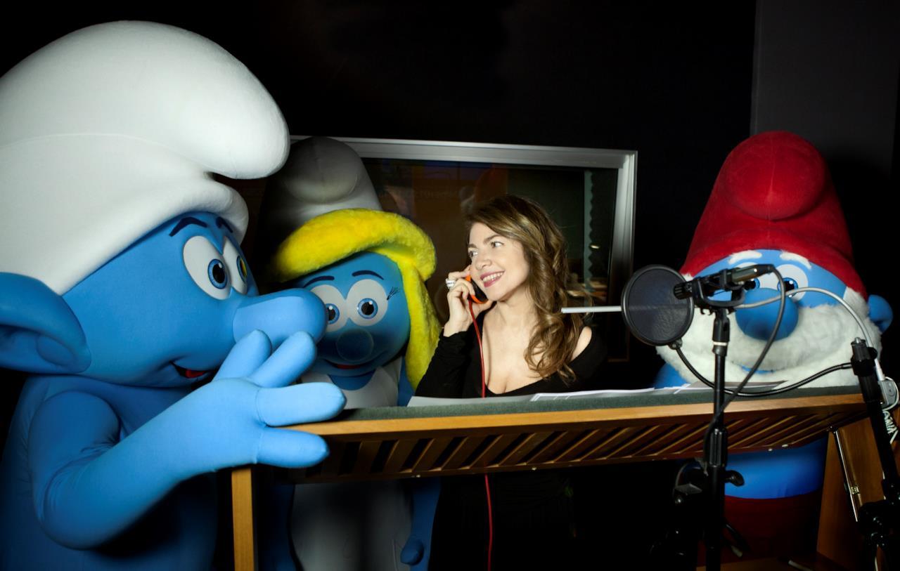 Cristina D'Avena in studio di registrazione insieme ai Puffi