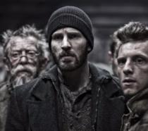 Chris Evans, Jamie Bell e John Hurt in una scene di Snowpiercer (2013)