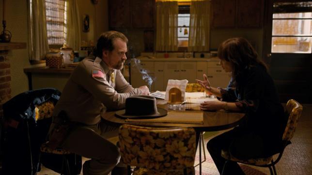 Joyce e Hopper, personaggi di Stranger Things