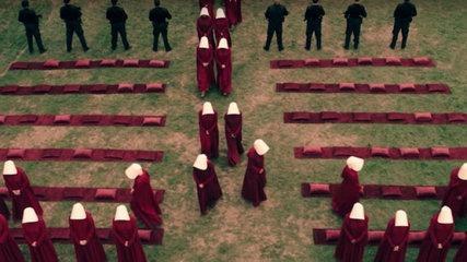 Le Ancelle lasciano il luogo dell'esecuzione di Didaniel, salvata in extremis