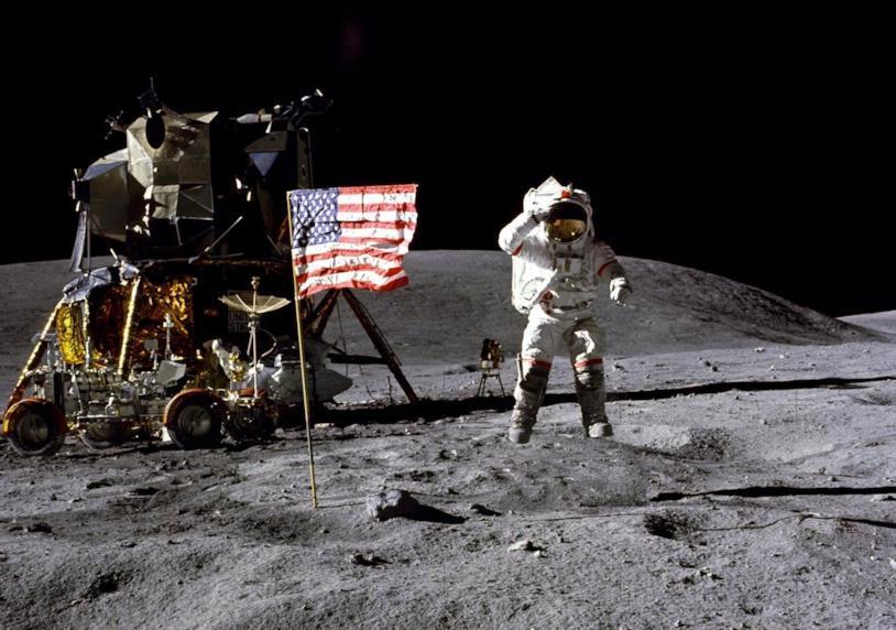 Una foto dell'astronauta John W. Young sulla Luna