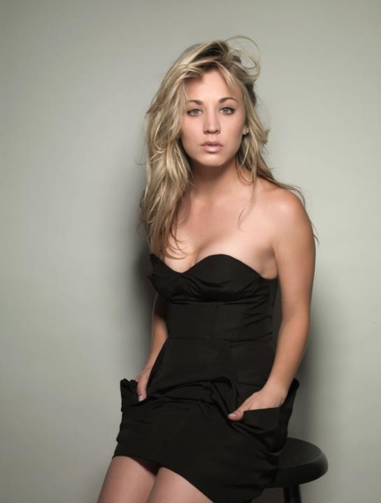 Kaley Cuoco, anche indossando un vestito nero, sa essere elegante