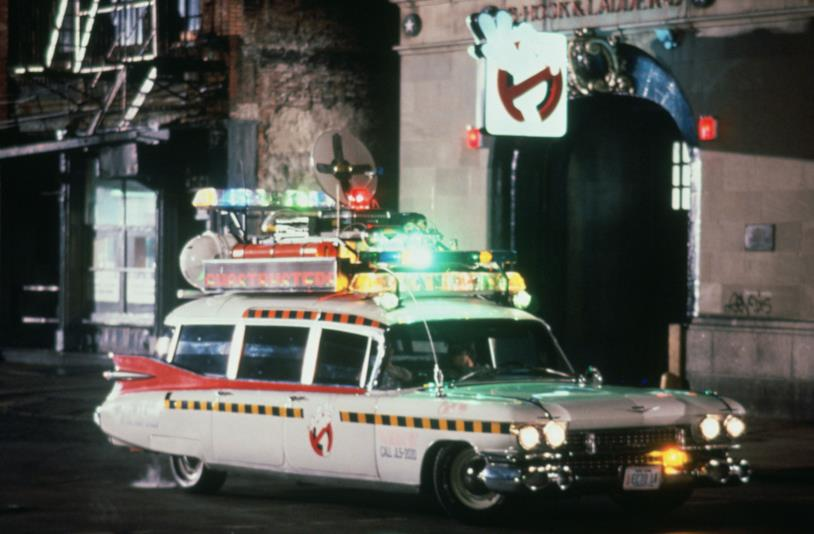 La Ecto-1 nel film Ghostbusters II posta davanti la caserma