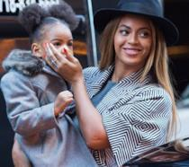 Primo piano di Beyoncé e Blue Ivy Carter