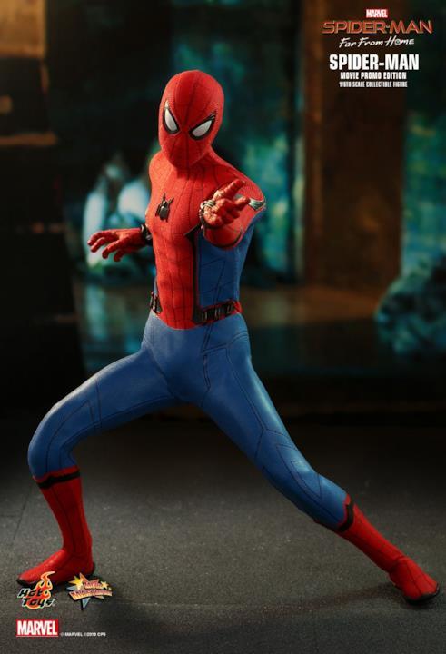 L'Uomo Ragno, realizzato da Hot Toys, in una delle sue pose classiche, pronto a sparare le ragnatele