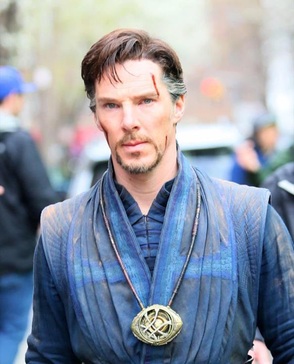 Una foto ritrae il dettaglio del costume di Benedict Cumberbatch