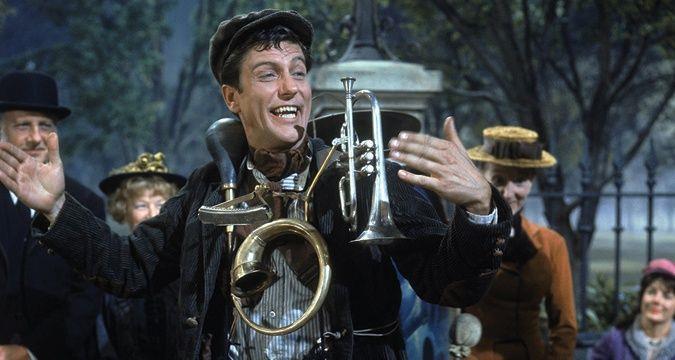 Una scena di Mary Poppins con lo spazzacamino Bert