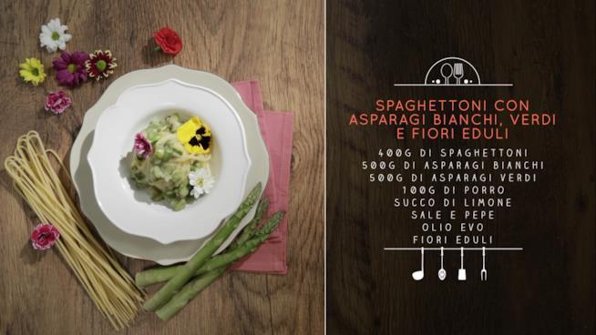 La ricetta degli spaghettoni con asparagi bianchi e verdi con fiori eduli