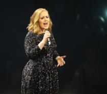 Primo piano di Adele sul palco