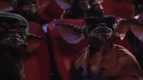 Un gruppo di Gremlins riunito in una sala cinematografica
