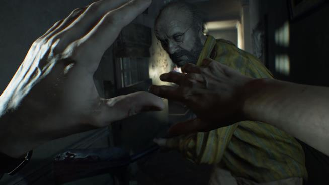Il signor Baker attacca Ethan in Resident Evil 7