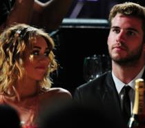 Primo piano di Liam Hemsworth e Miley Cyrus