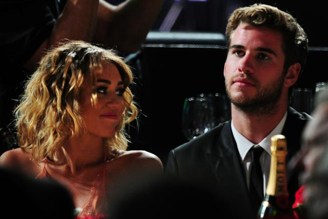 Primo piano di Liam Hemsworth e Miley Cyrus