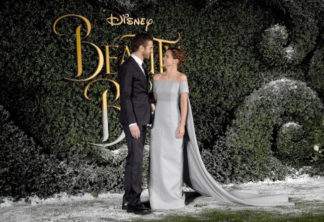 Dan Stevens ed Emma Watson si scambiano un sorriso