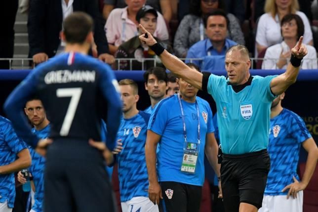 L'arbitro ricorre al VAR nella finale di Russia 2018