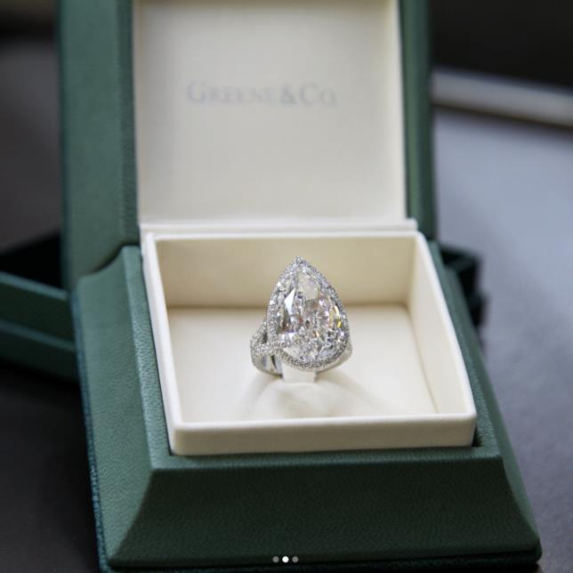 L'anello di fidanzamento di Paris Hilton visto da vicino