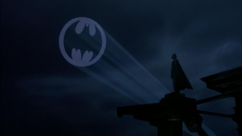 Il Bat-Segnale nel cielo nella sequenza finale di Batman, diretto da Tim Burton