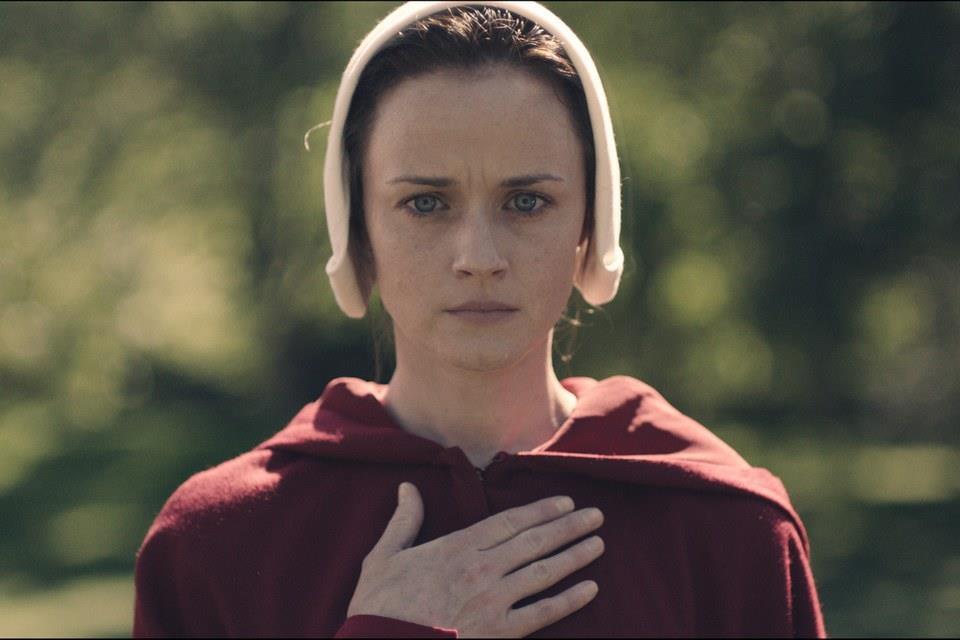 Alexis Bledel  in una scena  di The Handmaid's Tale