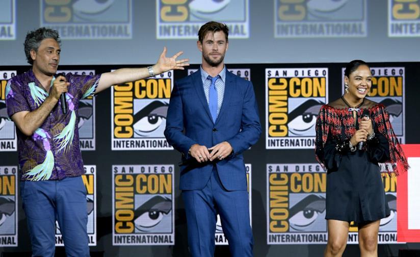 Taika Waititi, Chris Hemsworth e Tessa Thompson sul palco del San Diego Comic-Con