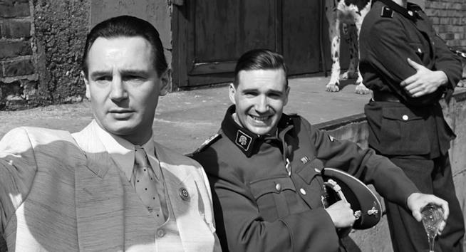 Liam Neeson e Ralph Fiennes in una scena di Schindler's List