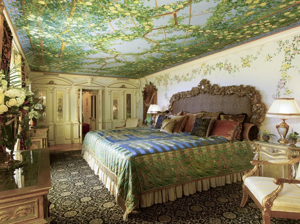 Il letto di una stanza di Villa Casuarina