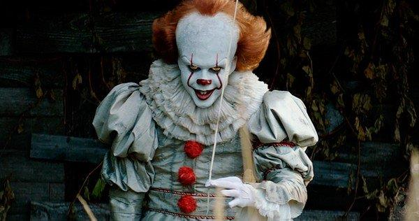 Pennywise interpretato da Bill Skarsgård
