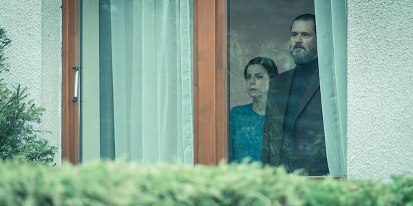 Jim Carrey visto attraverso il vetro di una finestra in una scena di Dark Crimes