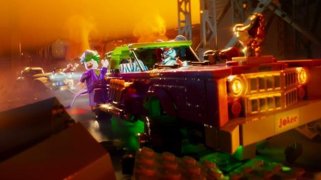 Joker a bordo della sua auto in una scena di LEGO Batman - Il Film