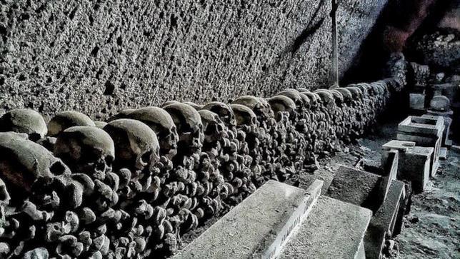 Alcuni teschi presenti nel cimitero