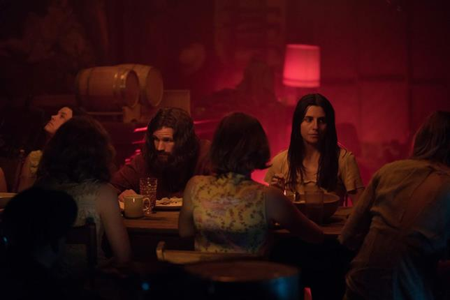 Matt Smith, Sosie Bacon e Marianne Rendón in una scena di Charlie Says