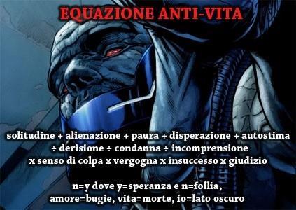 Primo piano di Darkseid dietro la formula dell'Equazione Anti-Vita
