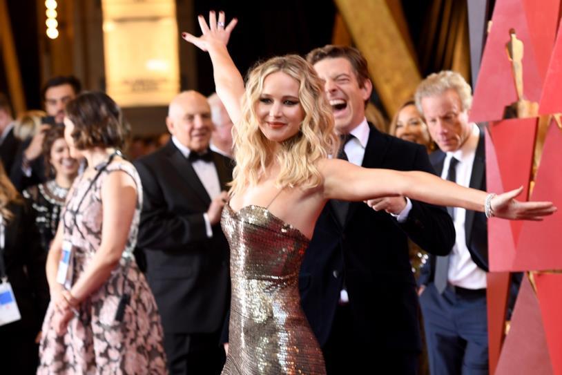 Jennifer Lawrence scherza coi fotografi agli Oscar