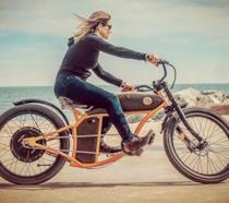 Donna a bordo di una bici elettrica prodotta da Rayvolt