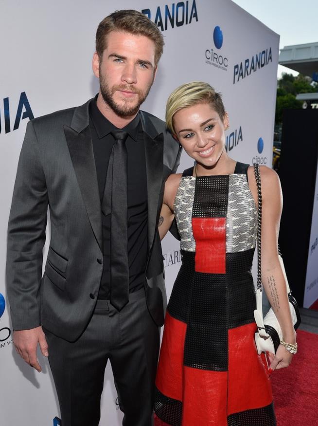 Primo piano di Miley Cyrus e Liam Hemsworth