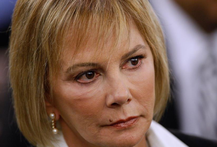Marcia Clark con espressione determinata e capelli biondi