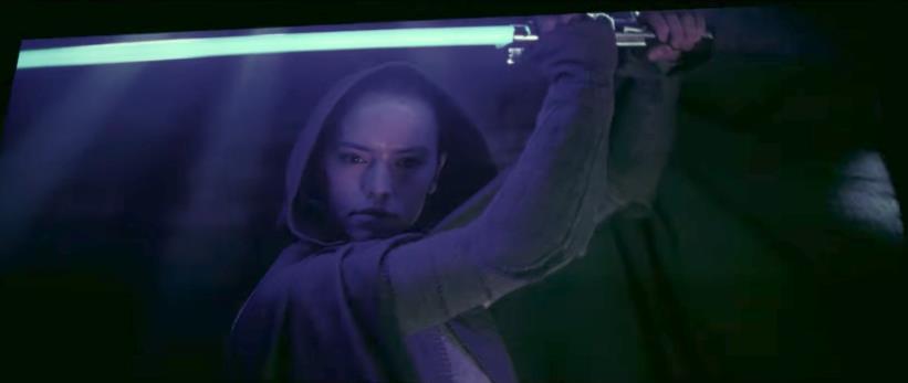 Rey  impugna una spada laser azzurra