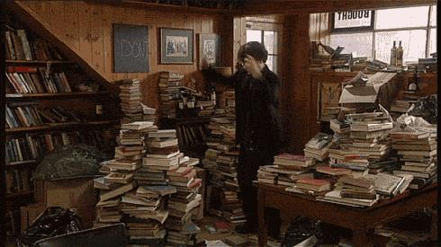Sherlock balla tra pile di libri