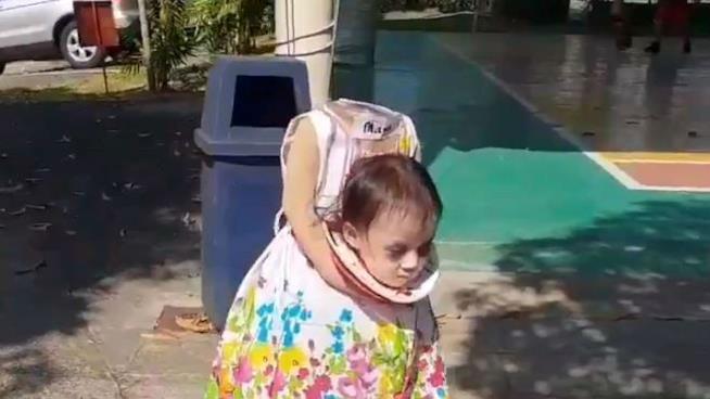 Maya indossa il suo costume per Halloween