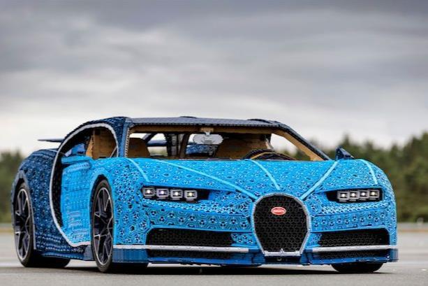 Primo piano del modello LEGO Technic Bugatti Chiron in scala 1:1