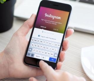 Un utente di Instagram utilizza il social network