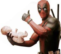 Deadpool tiene in mano un neonato