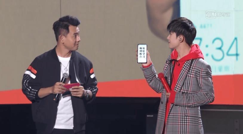 Il cantante Jackson Yee mostra il Nova 4 durante una diretta streaming
