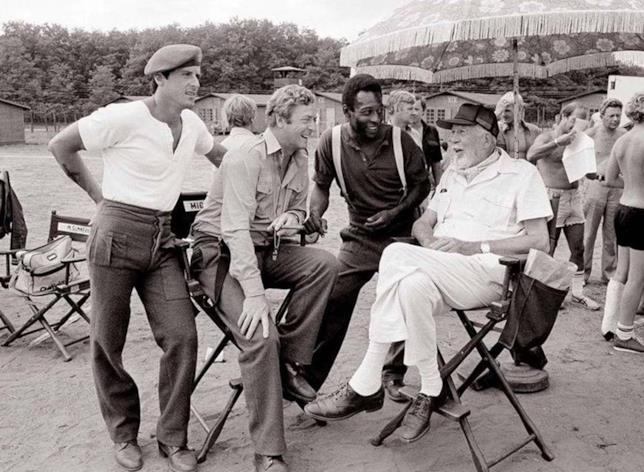 Stallone, Caine, Pelé e il regista Huston sul set del film