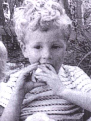 Colin Firth da bambino mentre mangia