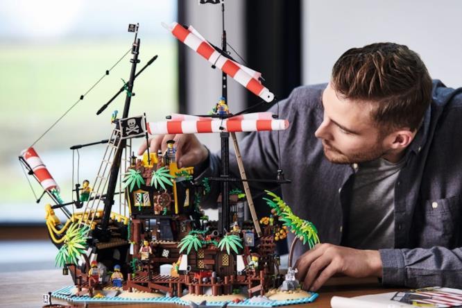 Un uomo monta il set I pirati di Barracuda Bay