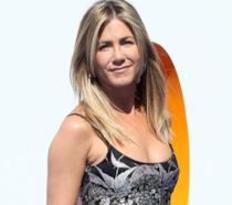 Jennifer Aniston radiosa sul tappeto rosso